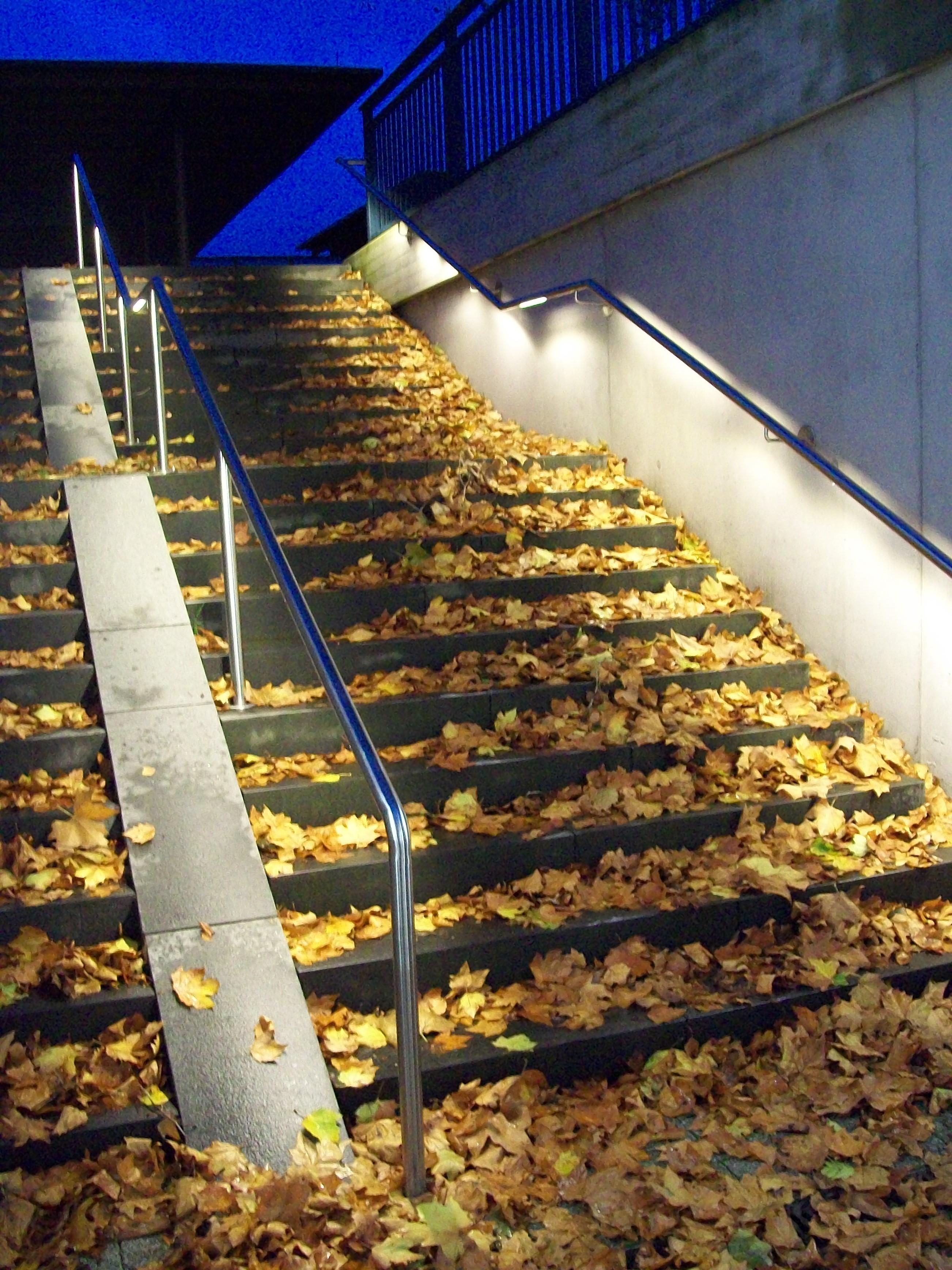 Isolierte und abgelegte Stadtfreiräume aus der Dunkelheit - Beleuchtung der Unterführung Oberkirch mit LED Handläufe von DAIDALOS® Stuttgart