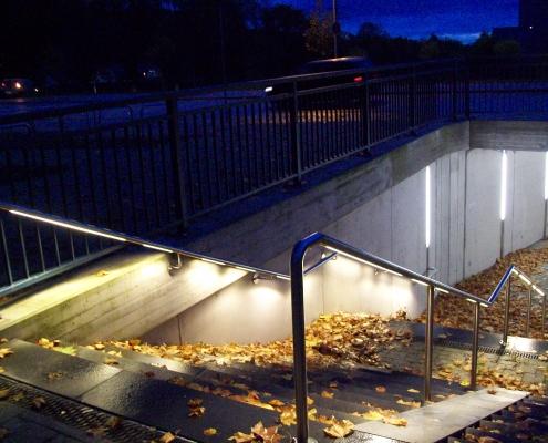 Licht als Führungsweg von Strassen zu Unterführung wie Metros, Parkplätze einfach mit LED beleuchtetem Handlaufssystem von DAIDALOS®