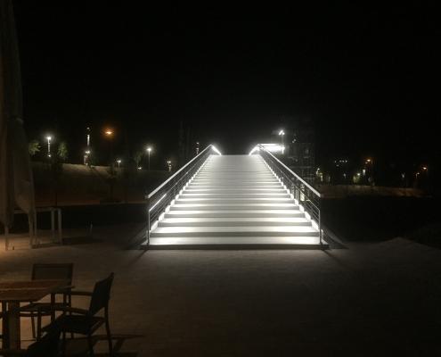 DAIDALOS® - Factory Outlett Center Wiesbaden - Sauber, breit mit Style und Design - Die Treppe bekommt eine Mehrwert mit dem Lichtstrahlungen aus der LED Lampen in den Handläufe von Daidalos. Die Treppe sieht magisch aus, man vergisst Beton und denkt an Elfenbein
