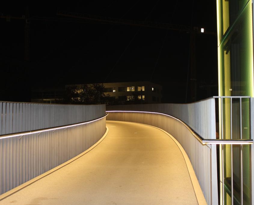 DAIDALOS® - Wir lassen Sie nicht im Dunkel - Edelstahl Handlauf Nutröhre mit intergriertem LED - Campusbruecke Heilbronn