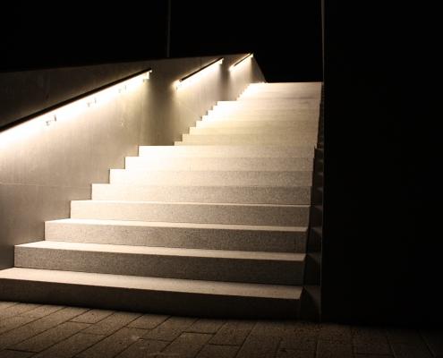 DAIDALOS® - Beleuchtete Aussentreppe - Handlauf mit LED aus Edelstahl - Reblandhalle Neckarwestheim