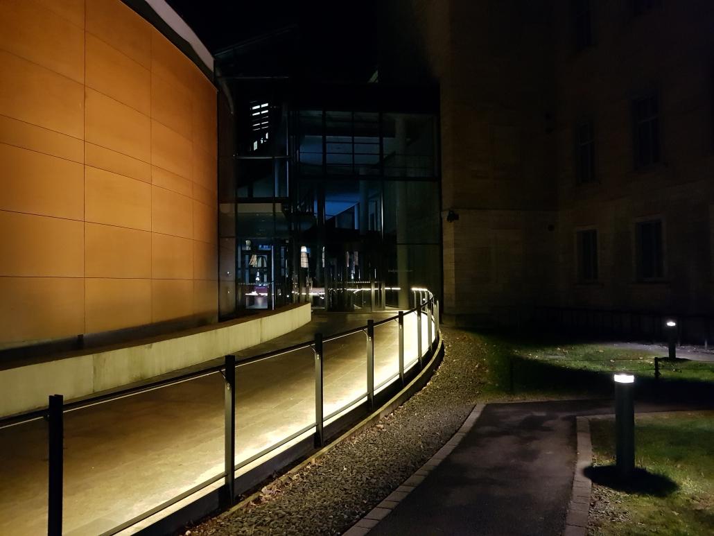 Beleuchteter LED Handlauf DAIDALOS® Justizzentrum Würzburg - Eingang