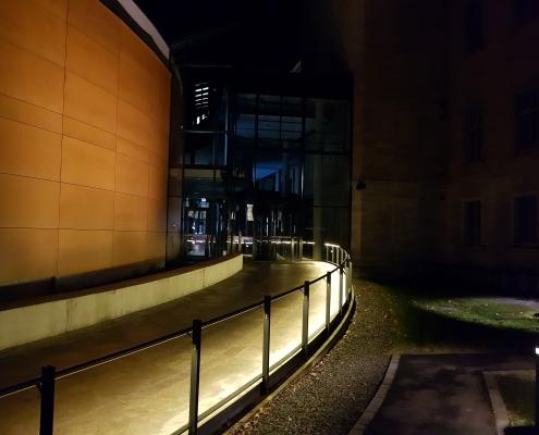 Beleuchteter Handlauf DAIDALOS® Eingang Justizzentrum Würzburg