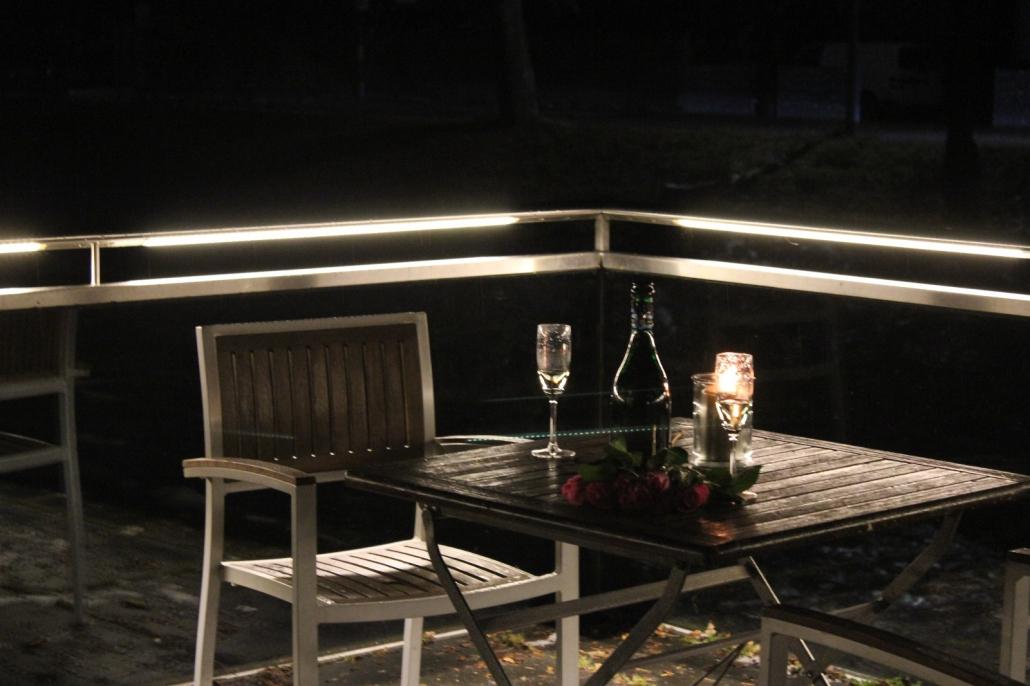 DAIDALOS® - Edelstahl Handlauf - Beleuchtung einer Restaurant Terasse